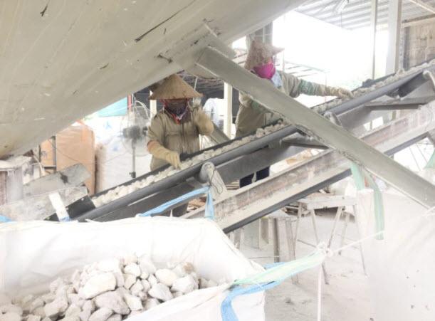 Công nhân phân loại đá vôi theo kích thước