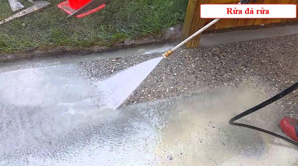 Khi thi công đá rửa công tác rửa đá rất quan trọng